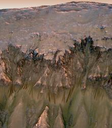 मंगल पर द्रव जल द्वारा उत्पन्न धारीयाँ