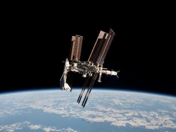 पृथ्वी की कक्षा मे अंतराष्ट्रीय अंतरिक्ष केंद्र। चित्र मे एण्डेवर 27वें अभियान मे अंतरिक्ष केन्द्र से जुडा हुआ है। यह चित्र सोयुज TMA 20 से लिया गया है।