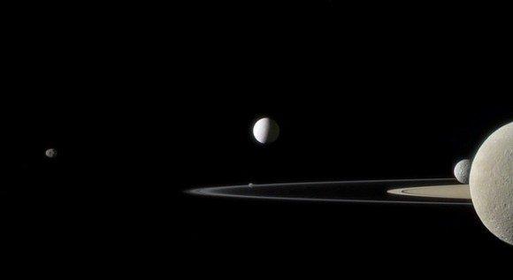 शनि, उसके वलय और चंद्रमा: कासीनी द्वारा ली गयी खूबसूरत तस्वीर