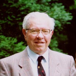 तारों के केंद्र मे नाभिकिय संलयन के फलस्वरूप तत्वों के निर्माण की प्रक्रिया को समझने के लिये सर फ़्रेडेरिक हॉयल(Sir Fred Hoyle) का बड़ा योगदान है। वे ब्रिटिश खगोलशास्त्री थे जिनके विचार अक्सर मुख्य वैज्ञनिक समुदाय के विपरीत होते थे। इनका काम मुख्यतः ब्रह्माण्डविज्ञान के क्षेत्र में है। इन्होंने तारों के नाभिकों में हो रही नाभिकीय प्रक्रियाओं का अध्ययन किया और पाया कि कार्बन तत्त्व बनने के लिये जिस प्रक्रिया की आवश्यकता होती है उसकी सम्भावना सांख्यिकी के अनुसार बहुत कम है। चूंकि मनुष्य और पृथ्वी पर मौजूद अन्य जीवन कार्बन पर आधारित है, हॉयल का विचार था कि ऐसा सम्भव होना इस बात को इंगित करता है कि पृथ्वी पर जीवन की मौजूदगी में किसी ऊपरी शक्ति का हाथ है। नाभिकीय प्रक्रियाओं पर इनके काम को नोबेल समिति ने उनकी अधिकतर अवधारणाओं के मुख्य धारा विज्ञान से विपरीत होने के कारण अनदेखा कर दिया और 1983 का भौतिकी का नोबेल पुरस्कार इनके सहयोगी विलियम ए फोलर को दिया (सुब्रह्मण्यन् चन्द्रशेखर के साथ)।  फ़्रेड हॉयल ब्रह्माण्ड के जन्म के बिग बैंग सिद्धांत में विश्वास नहीं रखते थे और उन्होने ही इस सिद्धांत का नाम मजाक उड़ाते हुये