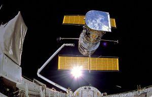 अंतरिक्ष शटल डिस्कवरी द्वारा हबल दूरबीन की स्थापना