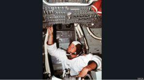 स्कॉट और इरविन के चंद्रमा की सतह पर उतरने के बाद अंतरिक्ष यान में वोर्डन.