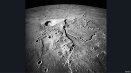 इस दौरान वोर्डन यान में रोजाना 20 घंटे काम करते रहे. ख़ासकर चंद्रमा की सतह की तस्वीरों को लेते रहे.