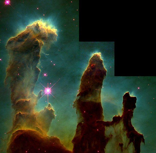 """हबल दूरबीन द्वारा लिया गया सबसे प्रसिद्ध चित्र, उद्भव के स्तंभ(""""Pillars of Creation""""), इसमे चील निहारिका(Eagle Nebula) मे तारो के जन्म को देखा जा सकता है।"""