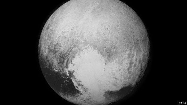 प्लूटो की सतह पर हाल ही में 'दिल' का आकार देखा गया था. यह क़रीब 1,600 किलोमीटर बड़े इलाके में फैला था
