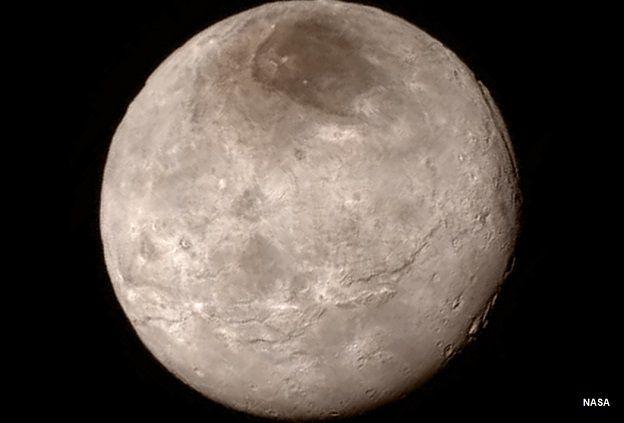 इस तस्वीर में आप प्लूटो के चांद शेरान के सतह की बनावट देख सकते हैं. ये तस्वीर भी न्यू हेराइज़न्स यान ने भेजी है.