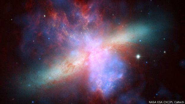 सक्रिय आकाशगंगा एम 82 की यह संयुक्त तस्वीर है, जो अलग अलग अंतरिक्ष वेधशाला से ली गई तस्वीरों को मिलाकर बनी है। अलग अलग अंतरिक्ष वेधशाला हैं- हब्बल, चंद्रा एक्स रे ऑब्जरवेटरी और स्पिटज़र स्पेस अंतरिक्ष वेधशाला। यह पृथ्वी से 1.15 करोड़ प्रकाशवर्ष दूर है। ये हमारे मिल्की वे से सबसे नज़दीकी आकाशगंगा है।