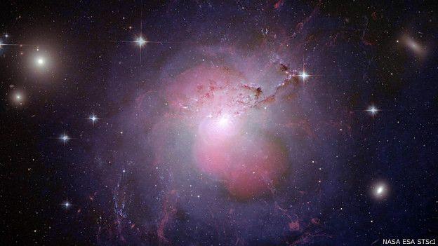 यह आकाशगंगा है एनएचसी 1275। इसके केंद्र में महाकाय श्याम विवर( ब्लैक होल) है। इस ब्लैक होल के चलते इससे काफी शक्तिशाली एक्स-रे निकलती हैं, जिन्हें अब हम 23 करोड़ साल बाद देख पा रहे हैं।