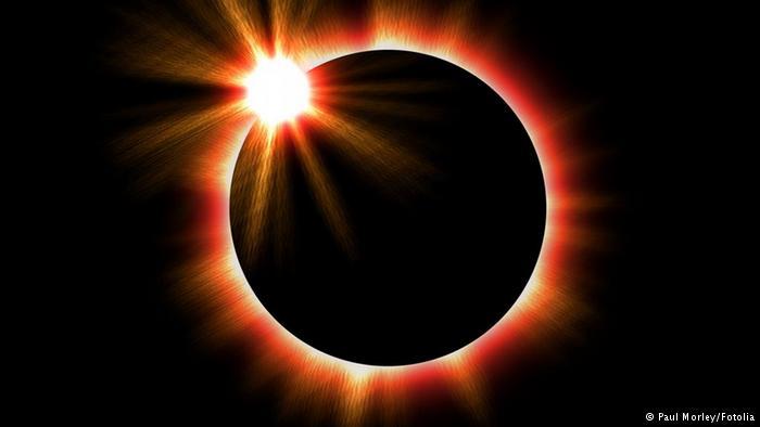 दुर्लभ ग्रहण : हम धरती से पूर्ण सूर्य ग्रहण देख पाते हैं क्योंकि चंद्रमा धरती के काफी पास है, और इसीलिए ग्रहण के वक्त वह सूर्य को पूरी तरह से ढक पाता है। लेकिन चंद्रमा हर साल 2 सेंटीमीटर की दर से धरती से दूर जा रहा है। इसका मतलब ये हुआ कि करीब 60 करोड़ साल में चंद्रमा धरती से इतनी दूर होगा कि धरती से पूर्ण सूर्यग्रहण नहीं दिख सकेंगे।