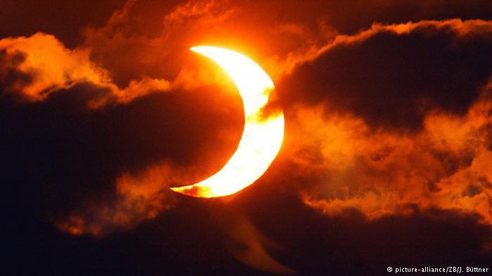 आंशिक या पूर्ण : पृथ्वी, सूर्य और चंद्रमा की स्थिति के आधार पर एक साल में दो से पांच बार तक सूर्यग्रहण ल :ग सकता है। पृथ्वी के उत्तरी या दक्षिणी ध्रुवों से केवल आंशिक सूर्य ग्रहण ही देखा जा सकता है। यूरोप में 20 मार्च, 2015 को पूर्ण सूर्यग्रहण दिखा था, जबकि दक्षिणी गोलार्ध में स्थित इंडोनेशिया जैसे देशों में 9 मार्च, 2016 को दिखेगा।
