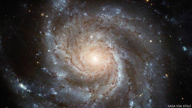 पिनव्हील(Pinwheel) आकाशगंगा का ही उदाहरण देखिए, इसे मेसियर 101 भी कहते हैं। यह पृथ्वी से 2।5 करोड़ प्रकाश वर्ष की दूरी पर स्थित है। यह तस्वीर इस आकाशगंगा की सबसे ज़्यादा विस्तृत तस्वीर है और इसे हब्बल अंतरिक्ष वेधशाला ने लिया है। इस आकाशगंगा के एक कोने पर स्थित तारे की दूरी दूसरे कोने पर स्थित तारे से 1.7 लाख प्रकाश वर्ष है। इससे ज़ाहिर है कि यह हमारी आकाशगंगा के दोगुने आकार की है। ये भी माना जाता है कि इसमें करीब एक ख़रब तारे मौजूद हैं।