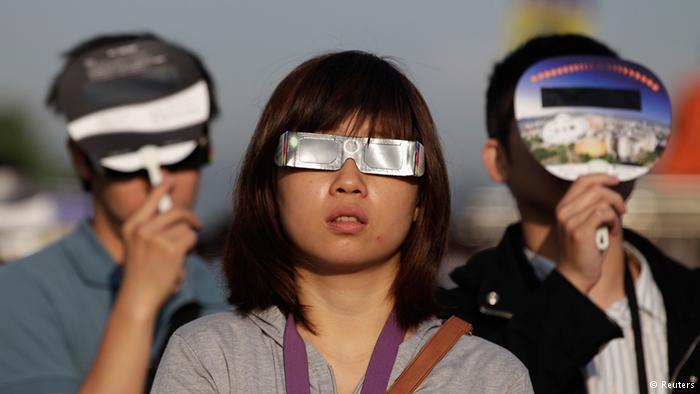 आंखों को खतरा : आम तौर पर सूर्यग्रहण 5 मिनट से लेकर 12 मिनट तक चल सकता है। इस अनोखी प्राकृतिक घटना को कभी भी नंगी आंखों से नहीं देखना चाहिए। इसके लिए विशेष तरह के चश्मे या माध्यम हैं, जो आपकी आंखों को सूर्य की तेज किरणों से बचा सकते हैं।
