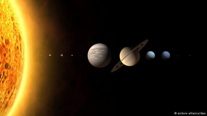 सारा द्रव्यमान समेटे : हमारे सौरमंडल का करीब 99.86 फीसदी द्रव्यमान केवल सूर्य में ही है। इसका मतलब यह हुआ कि बाकी 0.14 फीसदी में ही सभी ग्रह और आकाशीय पिंड समाए हैं। हमारी आकाशगंगा में सूर्य करीब 220 किलोमीटर प्रति सेंकड की गति से यात्रा करता है। पूरी आकाशगंगा का एक चक्कर लगाने में सूर्य को भी 22 से 25 करोड़ साल लगते हैं।