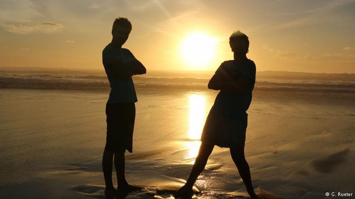 दानवी गुरूत्वाकर्षण : सूर्य में धरती के आकार के लगभग 10 लाख पिंड समा सकते हैं। धरती पर 70 किलोग्राम वजन वाले इंसान का भार सूर्य की सतह पर करीब 1,960 किलोग्राम होगा। इसका कारण यह है कि सूर्य पर गुरूत्व बल धरती के मुकाबले करीब 28 गुना ज्यादा होता है। सूर्य की सतह पर एक दिन धरती के 25.38 दिनों के बराबर होता है।