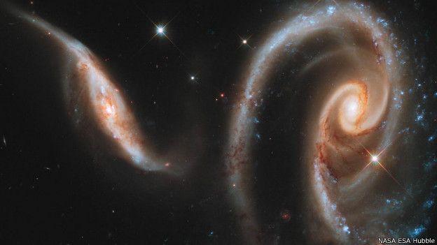 यहां दो आकाशगंगा एक गुलाब की शक्ल में टकराती हुई दिखाई देती हैं। इसकी रोशनी हम लोगों तक 20 करोड़ प्रकाशवर्ष में पहुंचती है। इन्हें सामूहिक तौर पर एआरपी 273 कहते हैं। दायीं ओर की आकाशगंगा थोड़ी बड़ी है, इसे यूजीसी 1810 कहते हैं। सर्पिल आकार की होने की वजह ये है इसकी साझेदार आकाश गंगा गैलेक्सी यूसीसी 1813। इसमें चमकीला नीला डॉट ये बताता है कि युवा तारे काफी तेज रोशनी के साथ जल रहे हैं।