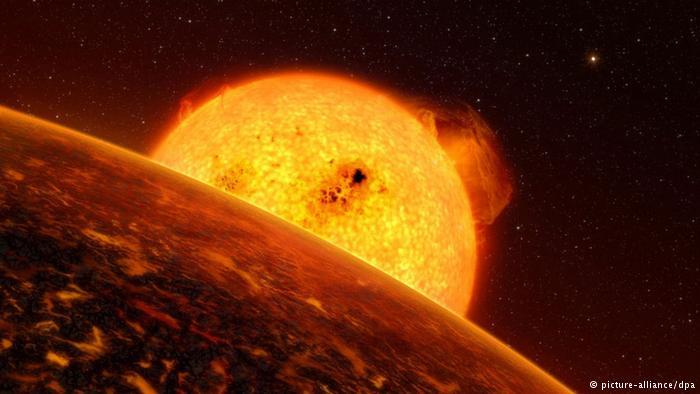 धरती को निगलने वाला : सूर्य बेहद गर्म गैसों से बना एक गोला है जिसके केन्द्र का तापमान 1.5 करोड़ डिग्री सेल्सियस है। सूर्य का निर्माण करने वाली करीब 72 प्रतिशत गैस हाइड्रोजन है, जबकि इसका 26 प्रतिशत हिस्सा हीलियम का है। हर सेंकड सूर्य पर करीब 40 लाख टन हाइड्रोजन जलता है। जब हाइड्रोजन का भंडार जल कर खत्म हो जाएगा तब हीलियम जलेगा।