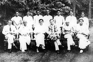 (बाएं से दाएं बैठे हुए) एस एस राव, अभिजीत डे, देवेंद्र मोहन बोस, वर्नर हाइजेनबर्ग, कृष्णन करिआमानिक्कम और सत्येन्द्र नाथ बोस कलकत्ता, 8 अक्टूबर 1929 इंडियन एसोसिएशन फॉर दि कल्टिवेशन आफ साइंस