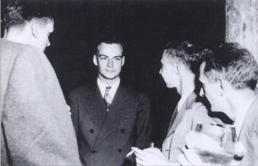 फ़ाइनमेन मध्य, ओपनहाइमर दायें लास अलामास मे मैनःहाटन प्रोजेक्ट के दौरान
