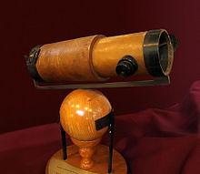 न्यूटन के दूसरे परावर्ती दूरदर्शी की एक प्रतिकृति जो उन्होंने 1672 में रॉयल सोसाइटी को भेंट किया।