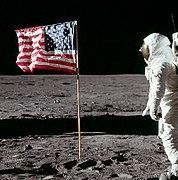 बज आल्ड्रीन का अमरीकी ध्वज को सैलयुट करते हुये चित्र