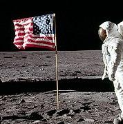 कुछ सेकंड बाद बज आल्ड्रीन का अमरीकी ध्वज को सैलयुट करते हुये चित्र