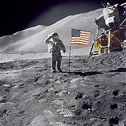 अपोलो 15 के चंद्रयात्री डेवीड स्काट अमरीकी ध्वज को सैल्युट करते हुये। इस चित्र मे क्रासहेयर ध्वज की सफ़ेद पट्टी पर स्पष्ट नही है।
