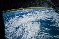स्पेस शटल अटलांटिस द्वारा लिया लंबे एक्सपोजर वाला चित्र(1.6 seconds at f/2.8, ISO 10000)