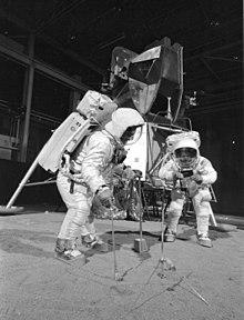 चंद्रयात्री बज आल्ड्रीन तथा नील आर्मस्ट्रांग नासा के प्रशिक्षण केंद्र मे चंद्रमा और लैंडर माड्युल के माडेल के साथ