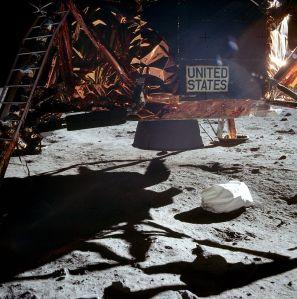 अपोलो 11 के लुनर लैंडर के नीचे का चित्र