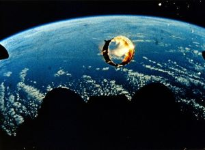 इस चित्र मे दर्शाये अनुसार राकेट से निकलने वाली ज्वाला अंतरिक्ष मे हमेशा दृश्य नही होती है। इन चित्र मे नीचे मध्य मे राकेट इंजन गहरे रंग की संरचना के रूप मे है।