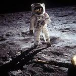 अपोलो 11 अभियान मे बज आल्ड्रीन का अधिक प्रचलित संपादित चित्र जिसमे स्पाटलाईट प्रभाव दिख रहा है।