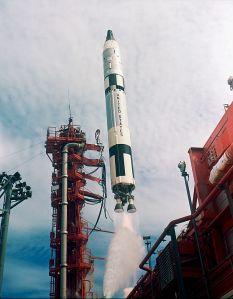 टाईटन II राकेट का प्रक्षेपण जिसका इंधन hypergolic Aerozine-50/N2O4 है और इससे 1.9 MN प्रणोद उत्पन्न हो रहा है। ध्यान दिजिये की राकेट से निकलने वाली ज्वाला लगभग पारदर्शी है।