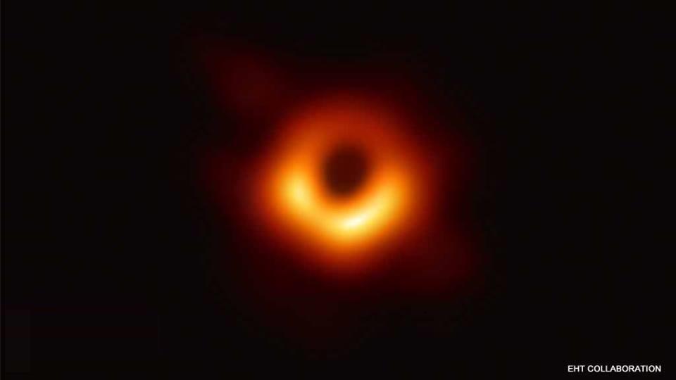 ब्लैक होल की प्रथम तस्वीर - अंतरिक्ष वैज्ञानिकों ने 10 अप्रैल २०१९ को ब्लैकहोल की पहली तस्वीर जारी की। आकाशगंगा एम87 में 53.5 मिलियन प्रकाश-वर्ष दूर मौजूद इस विशालकाय ब्लैक होल की तस्वीर जारी की गई है। वैज्ञानिकों ने ब्रसल्ज, शंघाई, तोक्यो, वॉशिंगटन, सैंटियागो और ताइपे में एकसाथ प्रेस वार्ता की और जिस दौरान इस तस्वीर को जारी किया गया।