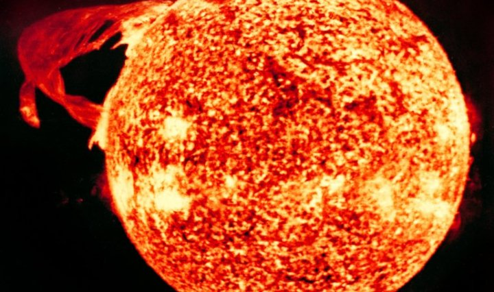 स्कायलैब (Skylab) द्वारा 1973 मे लिया गया सौर ज्वाला का चित्र