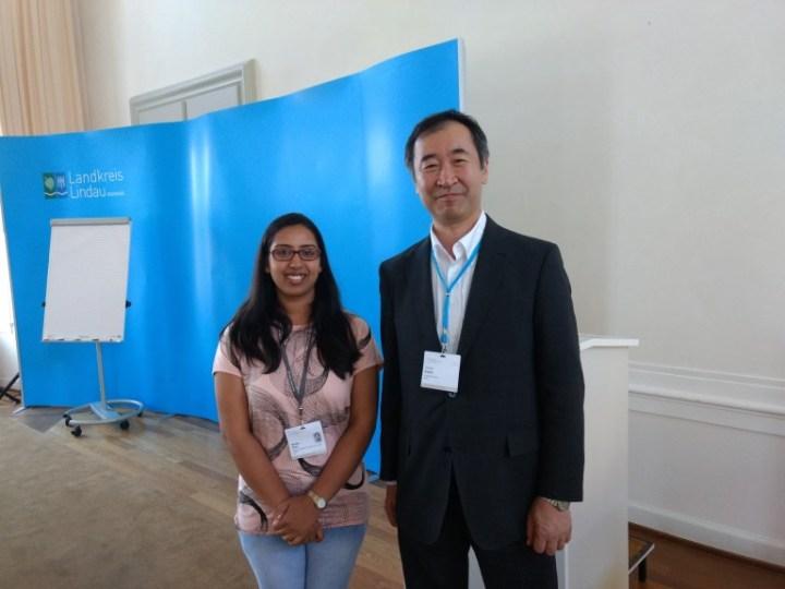 लेखिका याशिका घई(Yashika Ghai) प्रोफ़ेसर टकाकी काजीता(Prof. Taakaki Kajita) के साथ