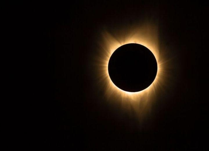 सूर्यग्रहण मे दृश्य प्रभामंडल(corona)