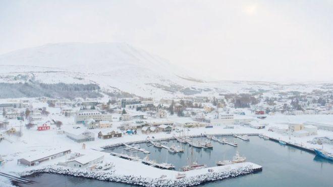 आइसलैंड का शहर हुसाविक जो 2,300 मछुआरों का एक छोटा शहर था